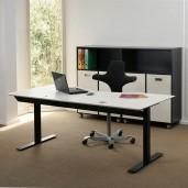 180x80 cm hvid laminat med sort kant. Elektrisk hæve sænkebord.