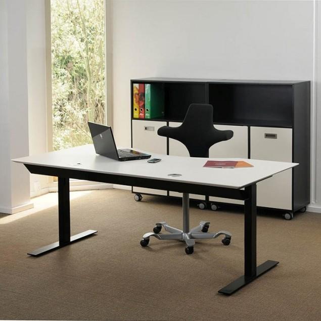 160x80 cm hvid laminat med sort kant. Elektrisk hæve sænkebord.