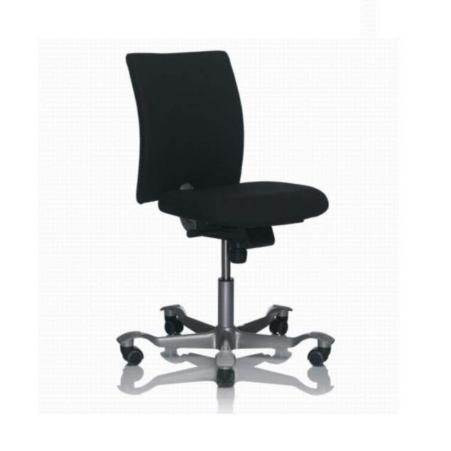 HÅG 4100 H04 kontorstol med sort Fame betræk. Med lidt kortere sæde, til de korte ben. Sælges så længe lager haves.