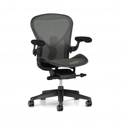 Herman Miller Aeron kontorstol med armlæn og posture fit. Graphite stel.
