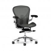 Herman Miller Aeron kontorstol med poleret stel, læder armlæn og posture fit.