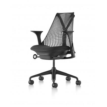 Herman Miller Sayl kontorstol med justerbare armlæn. Sort sæde og netryg.