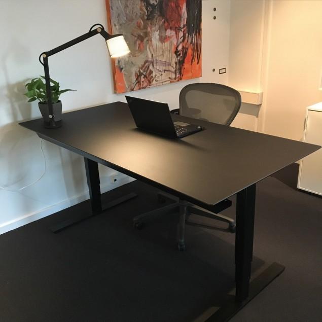 Black office pakketilbud. 160x80 cm hæve sænkebord med Aeron kontorstol og Vipp bordlampe. DET ER HELT SORT!!!