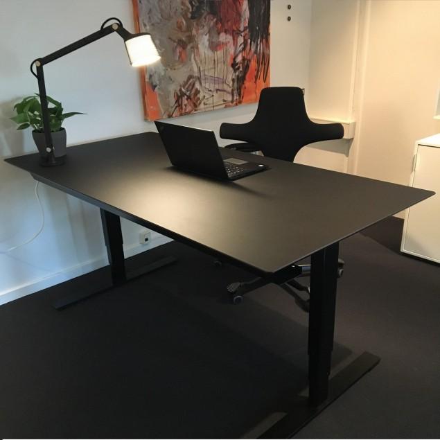 Black office pakketilbud. 160x80 cm hæve sænkebord med HÅG Capisco 8106 kontorstol og Vipp bordlampe. DET ER HELT SORT!!!