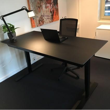 Black office pakketilbud. 160x80 cm hæve sænkebord med Every kontorstol og Vipp bordlampe. DET ER HELT SORT!!!