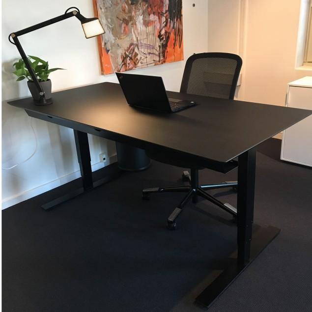 Black office pakketilbud. 160x80 cm hæve sænkebord med HÅG SoFi 7500 kontorstol og Vipp bordlampe. DET ER HELT SORT!!!